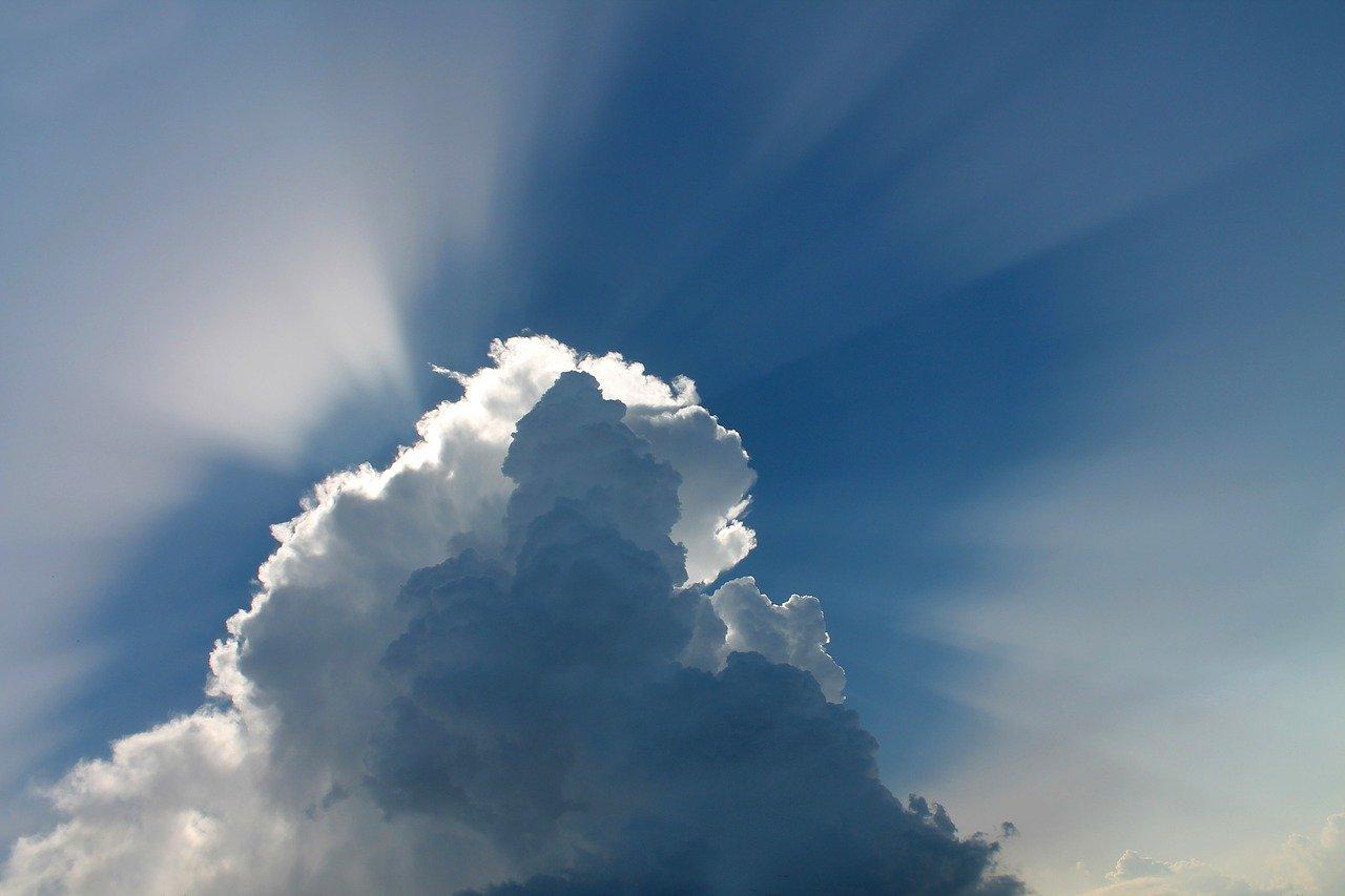 cloud 97453 1280 - Fordele ved at have ovenlysvinduer i dit hjem
