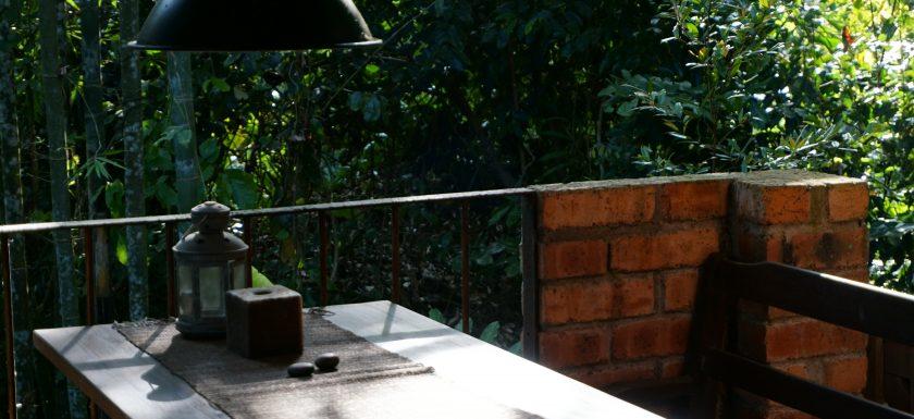 joanna tan Z6a1NfYj1F0 unsplash 840x385 - Forbered sommerhyggen med det helt rigtige havebord