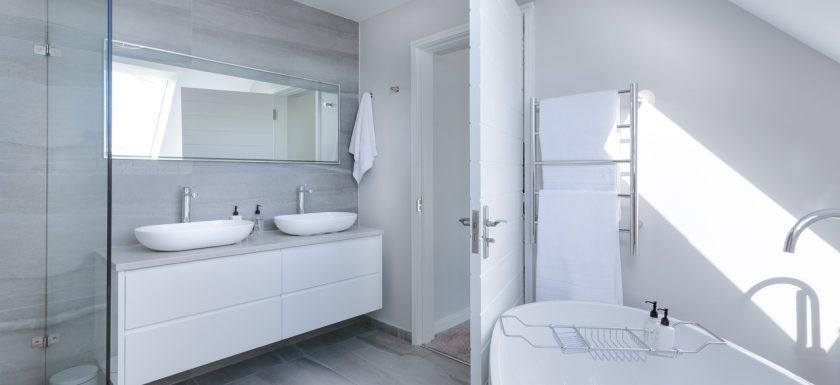 pexels jean van der meulen 1454804 840x385 - Mangler du en ny brusedør på badeværelset?